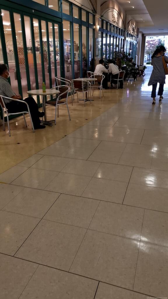 【中山寺駅】駅前マーケットスクエアの休憩場所2