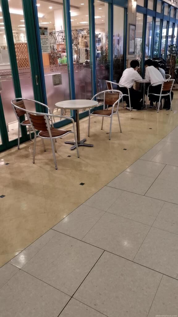 【中山寺駅】駅前マーケットスクエアの休憩場所3