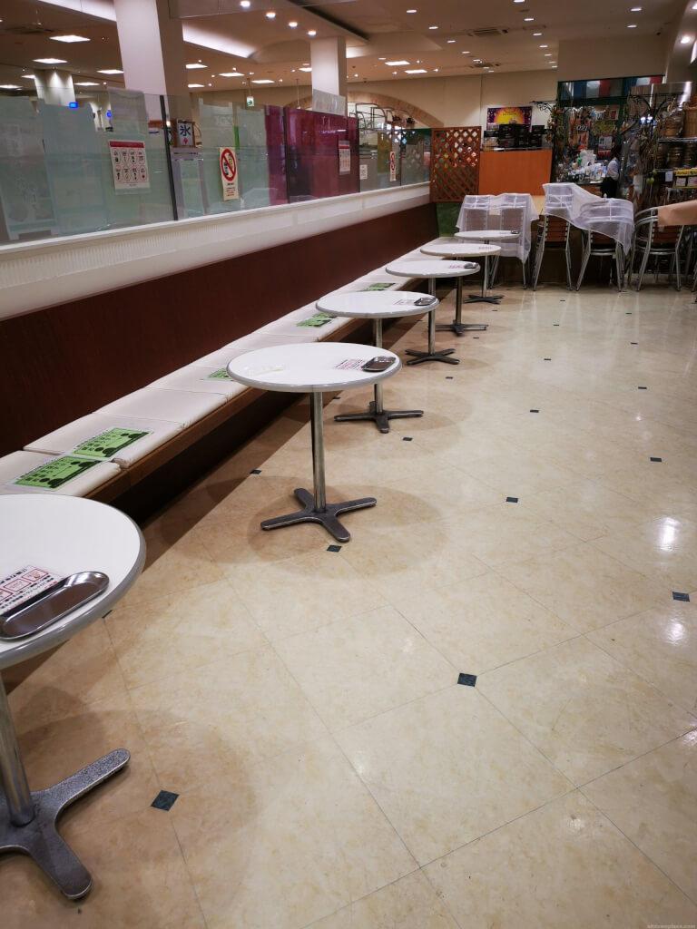 【中山寺駅】駅前複合商業施設ラッキー内の休憩場所2