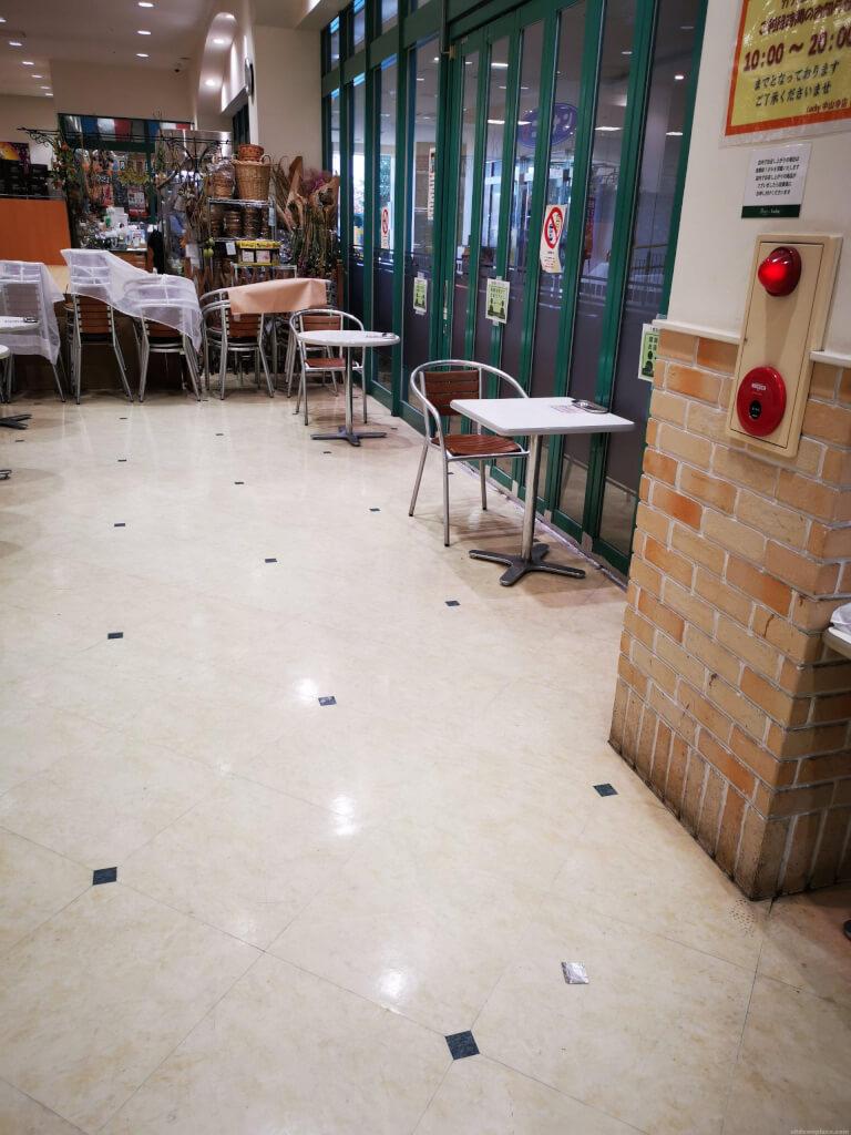 【中山寺駅】駅前複合商業施設ラッキー内の休憩場所3
